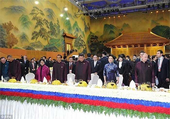 Tối ngày 10/11 vừa qua, quốc yến dành cho các nhà lãnh đạo tham dự Hội nghị cấp cao hợp tác kinh tế châu Á-Thái Bình Dương (APEC) được tổ chức ở cung thể thao Thủy Lập Phương (Trung Quốc), với toàn bộ đồ dùng trong yến tiệc được đặt riêng cho APEC.