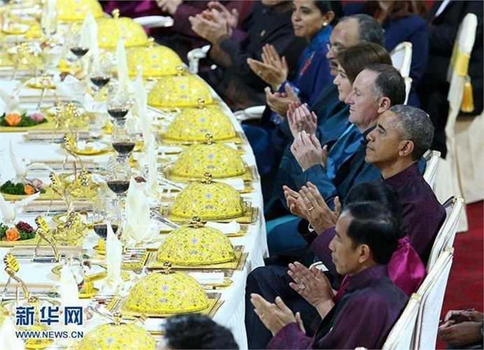 Khu vực bàn ăn chính của nguyên thủ các quốc gia khác được bao phủ bởi màu vàng quý phái của hoàng cung, tạo nên sự thanh lịch, quý phái.
