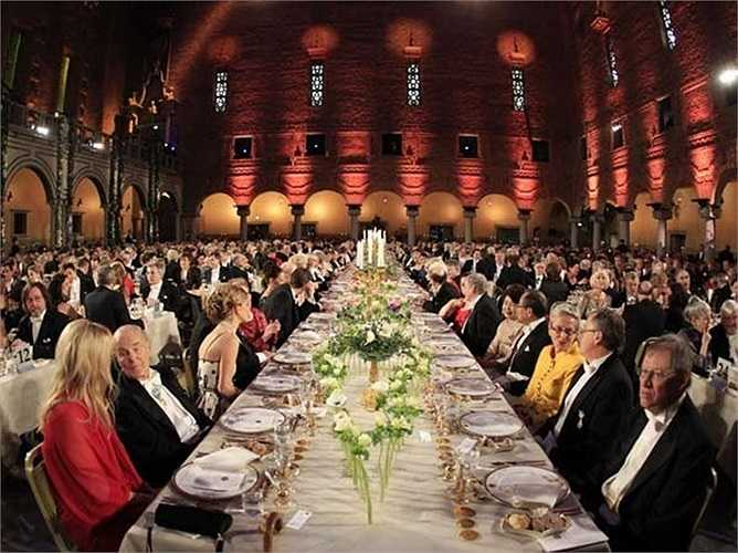 Ngoài ra phải kể đến bữa tiệc xa hoa chiêu đãi người đoạt giải Nobel. Mỗi đại tiệc Nobel cần đến 2.692 phần ức bồ câu, 475 đuôi tôm hùm, 100kg khoai tây, 53 kg pho mát, 45 kg cá hồi hun khói...