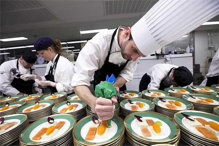 Để tổ chức bàn tiệc phục vụ hàng nghìn khách mời, đội ngũ nhân viên nhà bếp cần phải làm việc hết sức vất vả và nỗ lực. Đội ngũ nhân viên của buổi tiệc bao gồm quản lý phục vụ, quản lý phòng tiệc, bếp trưởng, 8 phục vụ trưởng, 210 nhân viên phục vụ, 5 nhân viên rót rượu vang, 20 đầu bếp và khoảng 20 người có nhiệm vụ vận chuyển thức ăn.