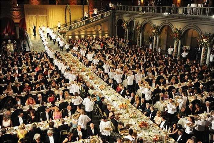 Để chuẩn bị nguyên liệu cho đại tiệc tiếp đón 1.300 quan khách, nhà bếp cần mua sắm đến 2.692 phần ức bồ câu, 475 đuôi tôm hùm, 100kg khoai tây, 53kg pho mát, 45 kg cá hồi hun khói... và còn nhiều hơn thế nữa những phụ liệu đi kèm.