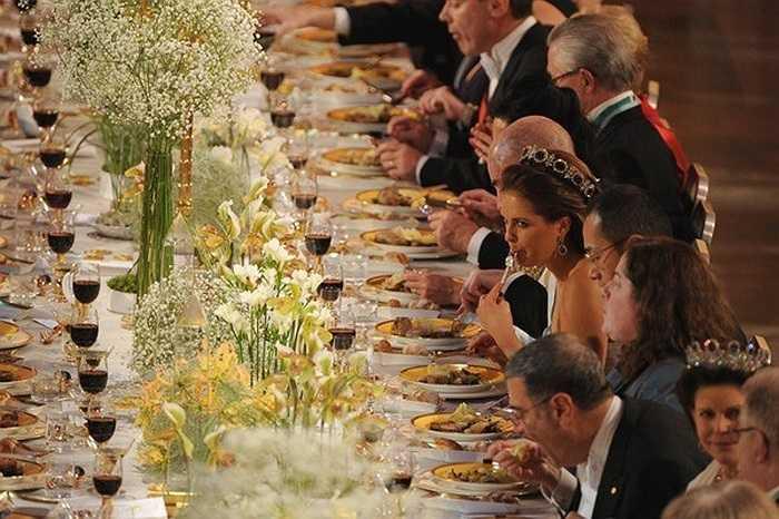 Tất cả công tác chuẩn bị cho bữa tiệc đều được bắt đầu 3 ngày trước buổi lễ và nhân viên đều phải làm việc theo một lịch trình nghiêm ngặt. Mỗi bữa tiệc chiêu đãi đều có một chủ đề riêng. Điều này được thể hiện thông qua cách bài trí và các tiết mục âm nhạc cho buổi tối đó. Các loại hoa được lựa chọn để trang trí gồm có hoa lily, hoa lan, hoa gladioli và hoa hồng với những màu sắc trang nhã.