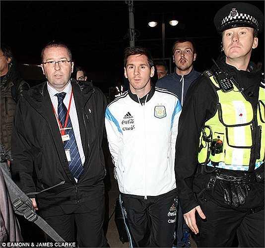 Trong khi đó tại Manchester, Messi và Aguero vừa đáp chuyến tàu điện ngầm trở về từ London