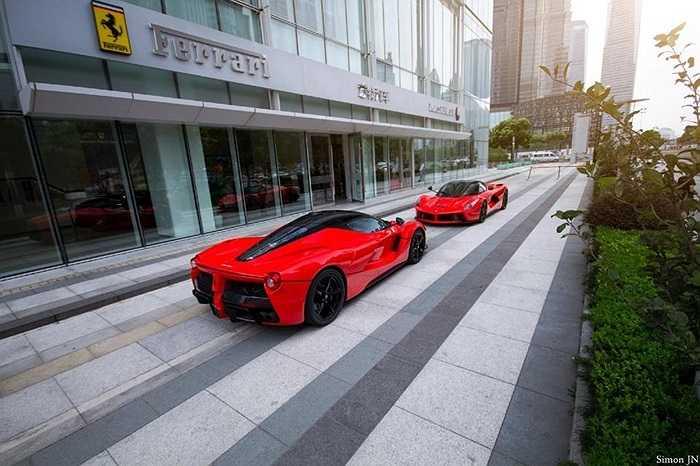 Siêu xe được thiết kế với cánh cửa đẩy lên phía trên đầy kiêu hãnh, khung cửa và cánh xe được xen giữa 2 màu đỏ và đen, làm cho chiếc xe thêm phần quyến rũ.