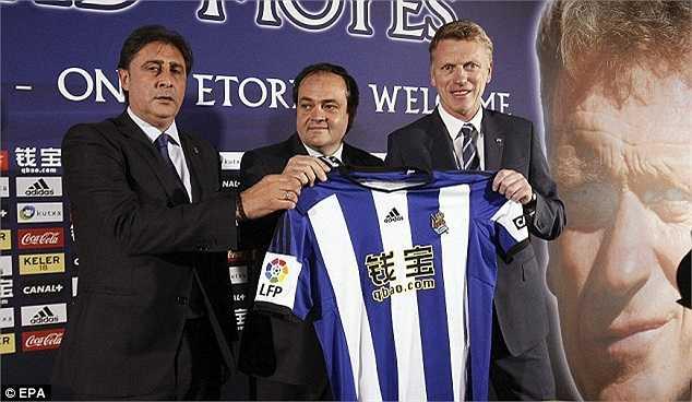 Moyes cùng với chủ tịch Real Sociedad - Jokin Aperribay (bìa trái) và Tổng giám đốc Lorenzo Juarros.