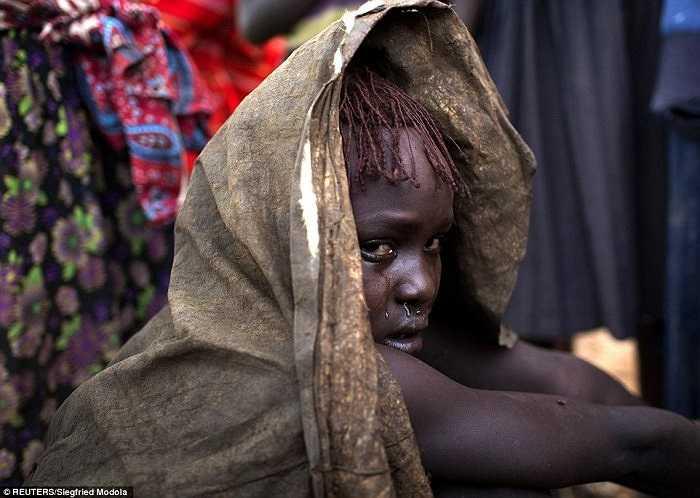 Hình ảnh một cô gái trẻ thuộc bộ lạc Pokot, Kenya, đang khóc vì đau đớn sau khi trải qua hủ tục cắt bao quy đầu.