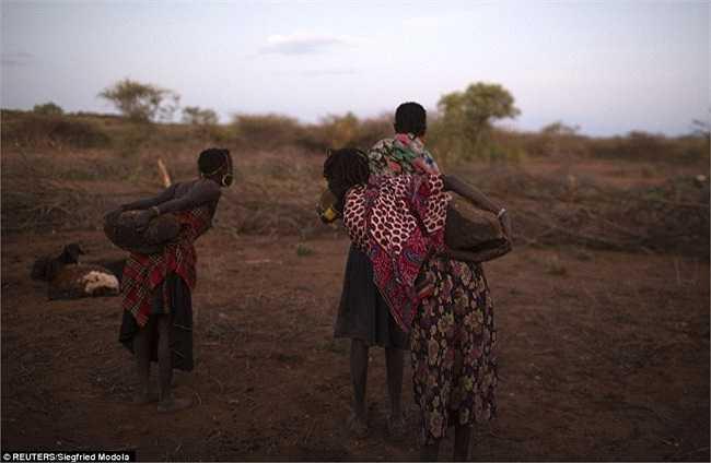 Những người mẹ Pokot thường đi tìm và đặt các tảng đá lớn, nơi con gái của họ sẽ ngồi lên và trải qua nghi lễ cắt bao quy đầu.