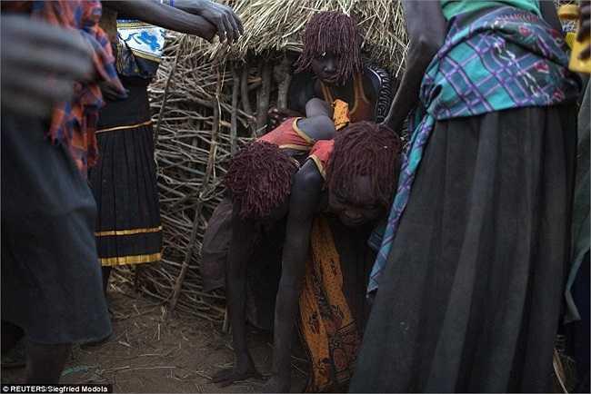 Các cô gái được khuyến khích rời khỏi căn nhà và làm theo cách của người đi trước, rồi đến một nơi mà họ sẽ cởi quần áo của họ và rửa sạch cơ thể trong buổi lễ.