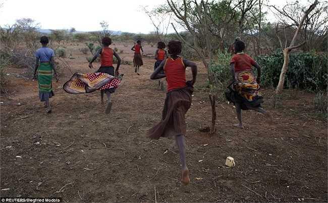 Sau khi rời nhà họ phải chạy hay làm cách nào đó để đến nơi họ sẽ làm nghi lễ thật nhanh.