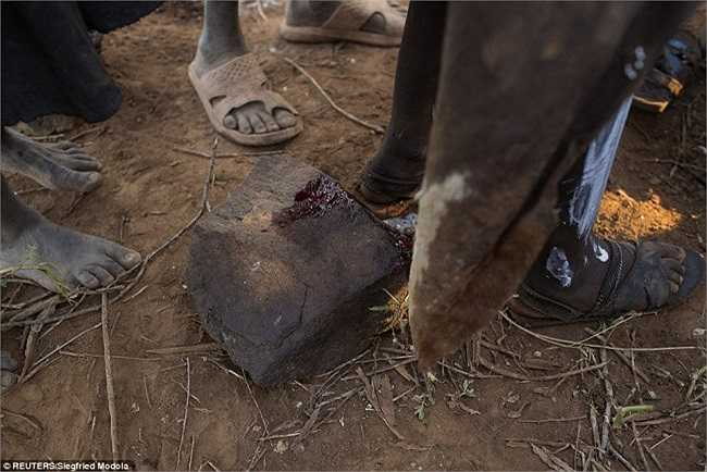 Sau khi kết thúc quá trình, máu của các cô gái để lại trên tảng đá, họ sẽ phải đối mặt với chứng xuất huyết, nhiễm trùng, sốc và nhiều biến chứng khác.