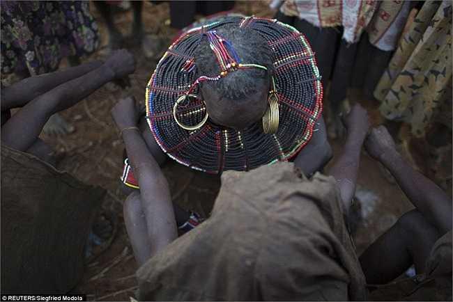 Mặc dù chính phủ Kenya đã đưa ra luật cấm cách đây 3 năm, nhưng nó vẫn được thực hiện ở nhiều cộng đồng, nhất là vùng nông thôn.