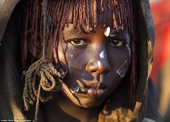 Theo nghi thức, khuôn mặt của các cô gái sẽ được sơn màu trắng để cho thấy họ đã được cắt bao quy đầu và chuyển sang giai đoạn phụ nữ.