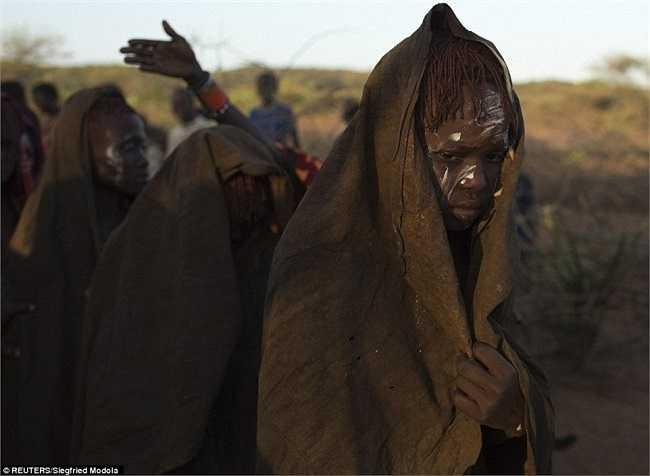 Thông thường, các cô gái tại bộ lạc muốn kết hôn, họ buộc phải cắt bao quy đầu.
