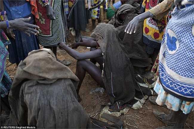Đây là một tập tục trong cộng đồng bộ lạc Pokot, và những bà mẹ của các cô gái tin rằng đó là dấu hiệu của sức mạnh.