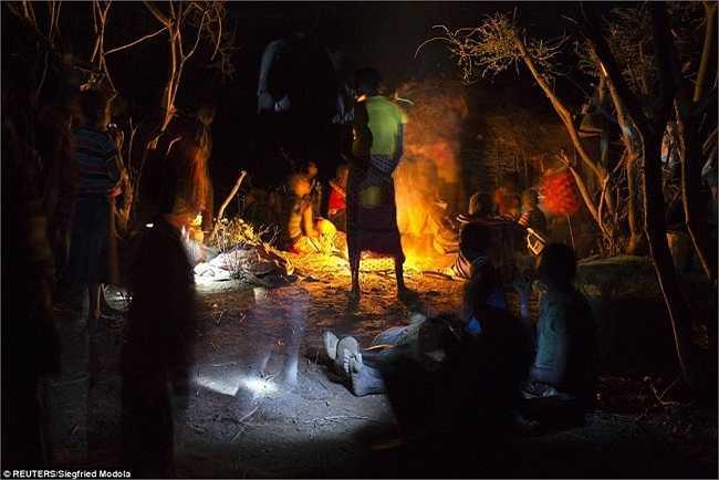 Hình ảnh người dân thuộc bộ lạc Pokot đang quây quần bên đống lửa trước khi tiến hành nghi thức.