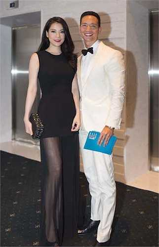 Trương Ngọc Ánh xuất hiện trong một trang phục xuyên thấu khá gợi cảm bên 'người tình tim đồn' Kim Lý.