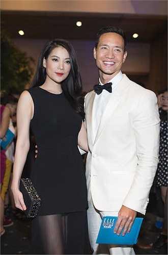 Kim Lý rất lịch lãm với vest trắng, gây ấn tượng với vẻ nam tính.