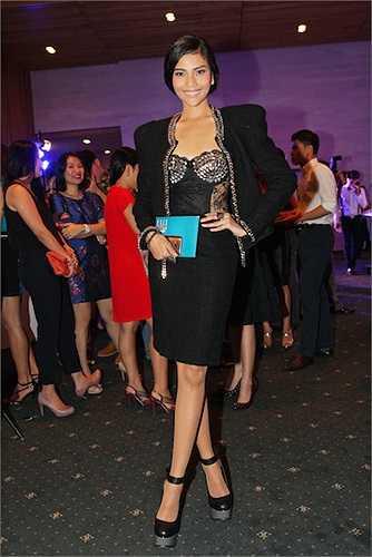 Trương Thị May cũng xuất hiện tại sự kiện. Cô chọn bộ váy màu đen với những chi tiết cắt cúp quanh ngực rất nổi bật.