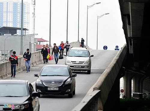 Tình trạng người đi bộ ở đường trên cao đã diễn ra từ nhiều tháng qua ở tuyến đường trên cao dài nhất Việt Nam gây bức xúc cho các tài xế ôtô khi vừa điều khiển xe ở tốc độ cao vừa phải tránh người. Phần lớn họ là khách vừa xuống xe hoặc chờ bắt xe khách liên tỉnh dọc đường do ngại vào bến.