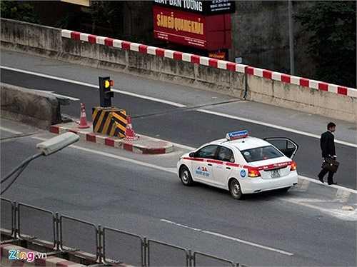 Ngoài ra còn có tình trạng xe taxi đỗ trả khách ngay giữa đường gây nguy hiểm cho các phương tiện khác.