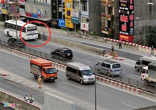 Theo thượng úy Đào Tiến Hoàng (Đội CSGT số 7), nhiều xe khách, xe đưa đón nhân viên hoặc xe con thản nhiên trả khách ở trên cầu. Có tài xế còn trả khách ở đoạn xa vị trí của CSGT khiến lực lượng này không thể xử lý kịp.