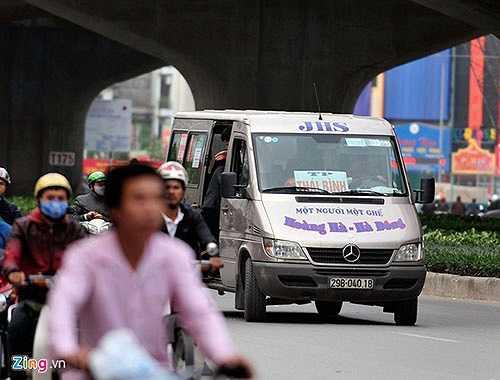 Khi CSGT làm nhiệm vụ bên trên thì ở phía dưới các xe bắt khách ngay giữa đường dù đoạn này bị cấm dừng đỗ.