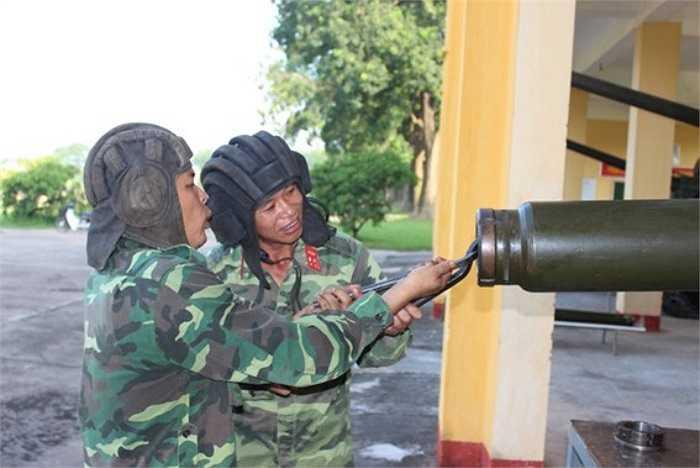 Thực hành cố định kẹp nòng pháo 23 mm trên xe tăng.(Theo Văn nghệ Quân đội)