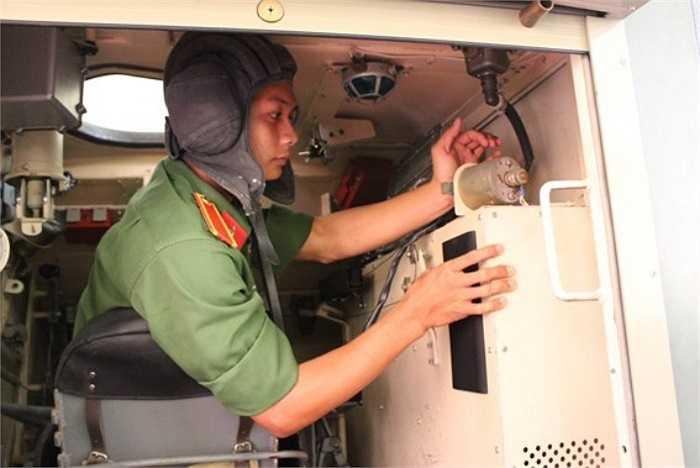 Một buổi học trực quan của học viên trên mô hình bộ truyền động xe tăng - thiết giáp.(Theo Văn nghệ Quân đội)