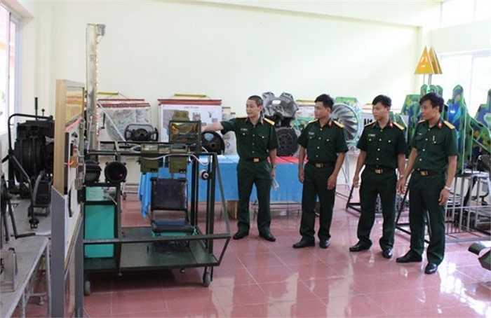 Tiếp tục đến Trường Sĩ quan Tăng Thiết giáp, PV bắt gặp nhóm cán bộ, sĩ quan trẻ của Trường đang trong buổi giới thiệu kinh nghiệm cải tiến mô hình, học cụ.(Theo Văn nghệ Quân đội)