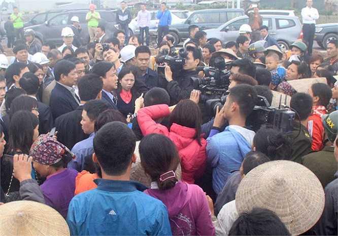 Sáng ngày 8/11, biết Bộ trưởng Đinh La Thăng đi kiểm tra đường nối Nhật Tân - Nội Bài, rất đông người dân xã Nguyên Khê, huyện Đông Anh, Hà Nội đã kéo nhau lên công trường 'quây' Bộ trưởng để… đòi đường.
