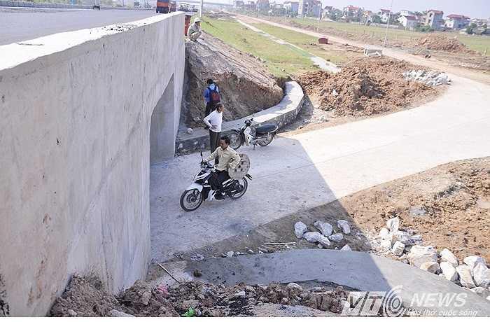 Theo phản ánh của người dân, vì dự án đường nối Nhật Tân - Nội Bài mà những con đường từ nhà ra đồng của họ bị mất. Nay muốn đi làm đồng, họ phải đi nhờ đường của thôn khác, đường đi rất xa và vòng vèo. Không có đường đi thuận tiện, việc sản xuất nông vụ của bà con gặp nhiều khó khăn.