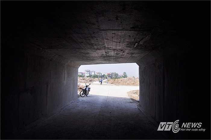Để hoàn thành hầm chui, lực lượng được huy động thi công chính là Tổng Công ty Xây dựng công trình giao thông 4 (Cienco4) với sự giúp sức của một vài đơn vị khác.
