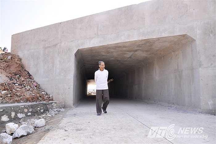 Ông Trần Xuân Sanh - Cục trưởng Cục Quản lý xây dựng và chất lượng công trình giao thông khẳng định, công trình hầm đường dân sinh được thi công suốt ngày đêm, từ chiều 8/11 và đến sáng 12/11 đã hoàn thành. Việc thi công hầm chui và đường được giám sát chặt chẽ, chỉ nghiệm thu khi chất lượng đảm bảo.