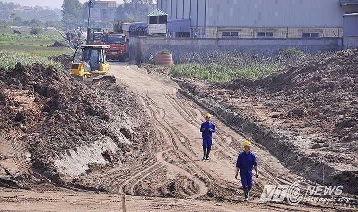 Con đường phía còn lại cũng đang được đơn vị thi công gấp rút hoàn thành.