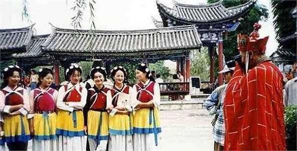 Trong phim, sư phụ rất e dè trước giới nữ, nhưng Đường Tam Tạng trên trường quay thì rất thích thú chụp ảnh mỹ nhân.