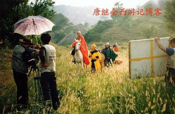 Một cảnh quay được thực hiện tại Hà Nam. Thời đó, cả đoàn phim chỉ có một chiếc máy quay, thiết bị cũng rất thô sơ, nhưng từng thước phim đều để lại ấn tượng mạnh mẽ với khán giả. Theo Dương Khiết từng tiết lộ trong hồi ký, để có những cảnh quay đẹp nhất, cô và chồng (Vương Sùng Thu) cùng đoàn phim đã phải rong ruổi nhiều tỉnh thành: Tây Tạng, Ninh Ba, Hồ Bắc... từng trải qua nhiều nguy hiểm, đến đứa con gái 12 tuổi cũng không được bố mẹ chăm sóc chu đáo.