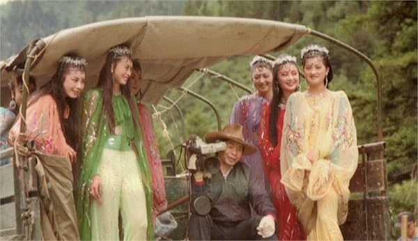 Các cô nhền nhện trên đường ra trường quay ghi hình. Ngồi giữa là nhà quay phim Vương Sùng Thu, đồng thời là chồng đạo diễn Dương Khiết.