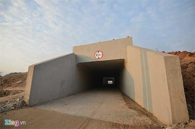 Ngoài hầm chui qua thôn Khê Nữ (Đông Anh), tuyến đường còn có hai hầm chui khác nằm trên địa bàn huyện Sóc Sơn. (Theo Zing)
