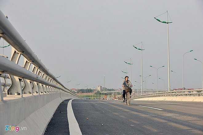 Tuyến đường đang cấm toàn bộ phương tiện nhưng vẫn có nhiều nông dân đi làm đồng đạp xe vào vì hầm chui chưa hoàn thiện, đi lại khó khăn.  (Theo Zing)