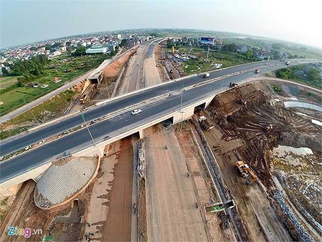 Đoạn qua xã Mai Đình (Sóc Sơn, Hà Nội) gần quốc lộ 18 từ Hà Nội đi Quảng Ninh, công trường còn đang ngổn ngang. (Theo Zing)