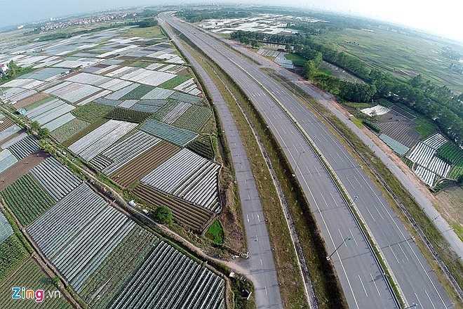 Nhìn từ trên cao, đoạn đường qua xã Tiên Dương như một bức tranh với những ô hình chữ nhật mang màu xanh của đồng ruộng. (Theo Zing)