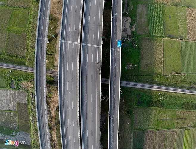 Một đoạn cầu cạn chạy trên tuyến đường sắt thuộc địa phận xã Nguyên Khê (Đông Anh). (Theo Zing)