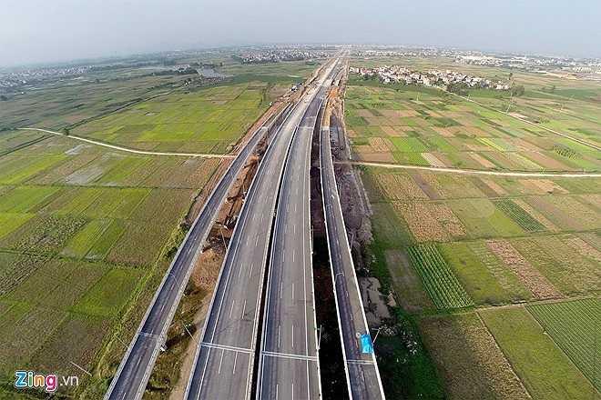 Địa phận thôn Khê Nữ (xã Nguyên Khê) đang trong quá trình hoàn thiện. Đây chính là tuyến đường Bộ trưởng Bộ GTVT Đinh La Thăng mới đi khảo sát và chỉ đạo gấp rút hoàn thiện hầm chui hôm 8/11. (Theo Zing)