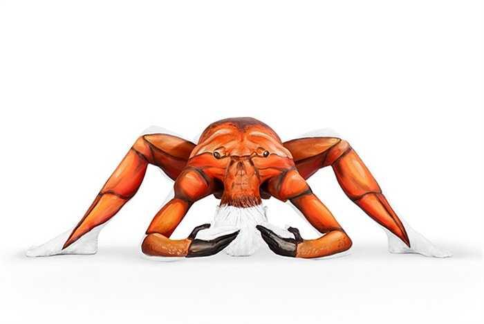Một con cua được vẽ trên cơ thể người mẫu