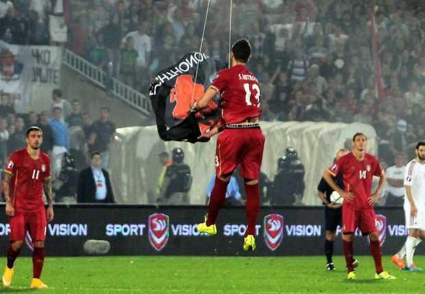 Stefan Mitrovic dập tan sự khiêu khích từ các CĐV Albania