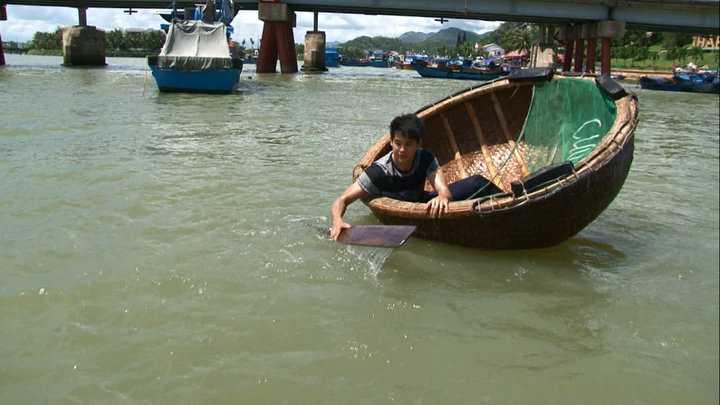 Phùng Ngọc Huy trổ tài chèo thuyền thúng trên hành trình.