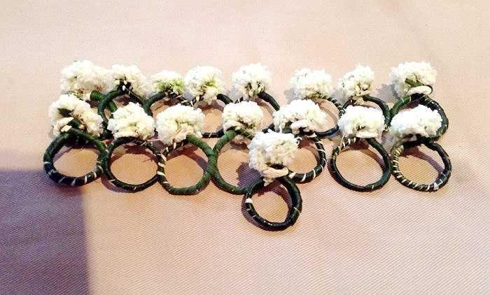 Những chiếc nhẫn cỏ được chú rể trao cho cô dâu trong lễ cưới