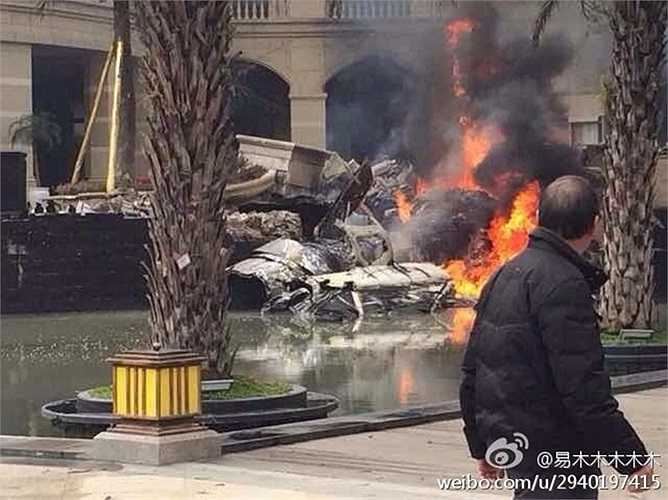 Chiến đấu cơ J-10B Trung Quốc bốc cháy ngùn ngụt sau khi rơi xuống khu gần một tòa nhà ở Thành Đô, Tứ Xuyên chiều 15/11