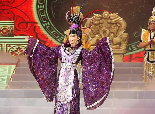 Hoài Linh nữ tính trên sân khấu.