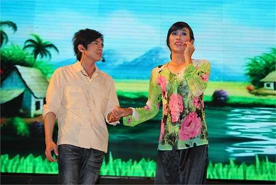 Hoài Linh giả gái bên cạnh Đan Trường.
